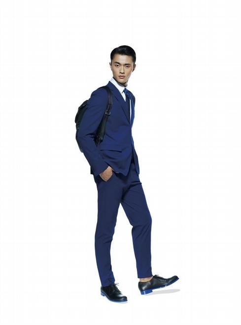 带;蓝色鞋底黑皮鞋
