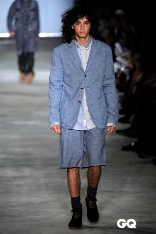 哈林穿的蓝色花纹运动鞋子图片